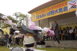 オスプレイの模型を頭に載せた参加者 10/6 滋賀県高島市