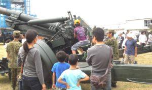 155ミリ榴弾砲を操作 10/5 豊川駐屯地