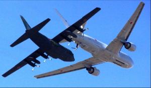 2/23小牧基地上空   空中給油模擬展示飛行を行うKC767空中給油機(前方機)とC130輸送機(後方機)。KC767から給油管(フライングブーム)を下ろしているのが分かる。