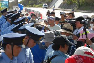 沖縄防衛局が敷いた鉄板の上から市民らを排除するため、 一列になる警官隊。名護市キャンプ・シュワブゲート前